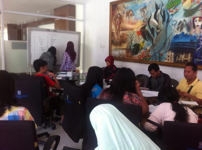 Crowded English classes at EF Surabaya